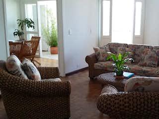 Una sala de estar llena de muebles y una ventana en Vendo Apartamento Centro cerca a Avenida La Playa