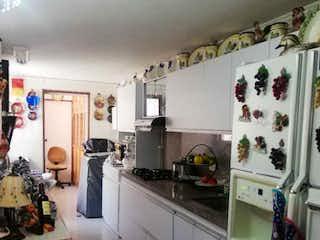 Cocina con nevera y horno de fogones en SE VENDE MUY BUEN APTO EN LAURELES 5 PISO S/A