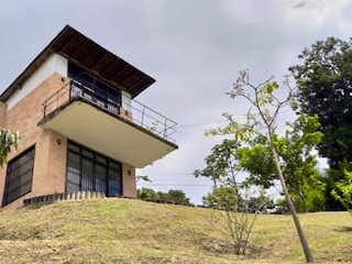 Un edificio con un reloj en la parte superior en FINCA EN LA ESTRELLA (PUEBLO VIEJO) 880 MILLONES