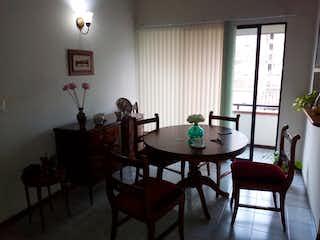 Un comedor con una mesa y sillas en APARTAMENTO EN MALIBU 4 PISO ESCALAS 290 MM