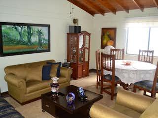 Una sala de estar llena de muebles y una gran ventana en APARTAMENTO EN MALIBU ESCALAS NO PARK 355 MM