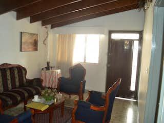 Una sala de estar llena de muebles y una ventana en CASA EN VENTA BELEN LA GLORIA