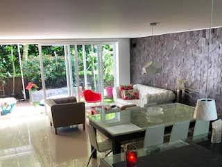 Una sala de estar llena de muebles y una ventana en Casa ParaVenta
