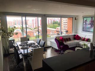 Una sala de estar llena de muebles y una gran ventana en Apartamento en venta en Portales Del Norte de 87m² con Piscina...
