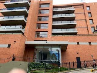 Un gran edificio de ladrillo con una gran ventana en VENTA APARTAMENTO SUBA COLINA -3142148