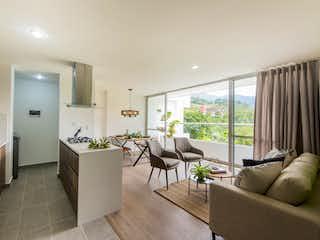 Una sala de estar llena de muebles y una gran ventana en Prato - Ciudadela Toscana