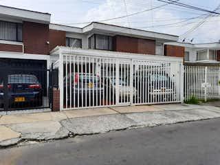Una foto en blanco y negro de un edificio en VENTA CASA, LAS VILLAS, BOGOT