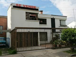 Un edificio que tiene una gran ventana en él en Venta de Casa en Modelia La Esperanza Bogota