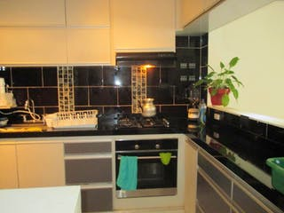 Cocina con fogones y microondas en Casa En Venta En Chia Vereda Bojaca