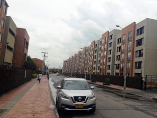 Un coche está estacionado en el lado de la carretera en Venta Apartamento Mosquera La Estancia II