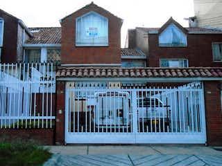 Un edificio con un reloj en el costado en VENTA DE CASA EN NIZA NORTE, BOGOTA