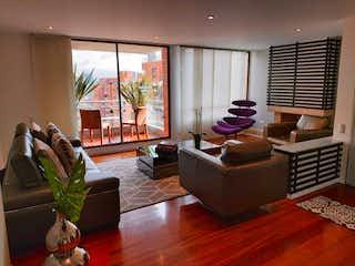 Una sala de estar llena de muebles y una televisión de pantalla plana en Apartamento en venta en Bella Suiza, 140mt con balcon