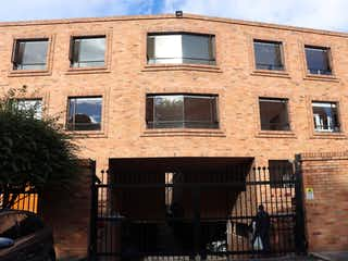 Un edificio de ladrillo con un edificio de ladrillo grande en VENTA CASA GRATAMIRA, BOGOT