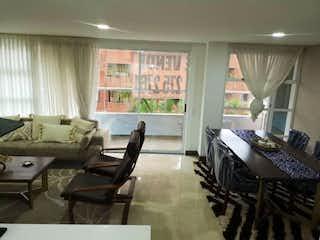 Una sala de estar llena de muebles y una ventana en Apartamento venta Laureles, Medellin, Antioquia