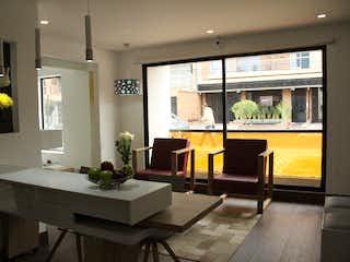 Una sala de estar con una mesa y sillas en Kavala Stanza