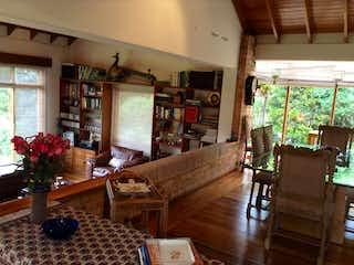 Una sala de estar llena de muebles y una chimenea en Casa en venta en Los Mártires de 276m² con Jardín...