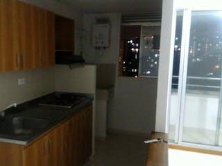 Una cocina con una estufa de fregadero y nevera en Se vende espectacular apartamento en la loma del indio