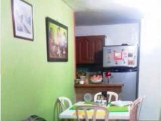 Una sala de estar llena de muebles y una ventana en Apartamento en venta Boston medellin