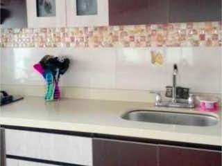 Un cuarto de baño con lavabo y un espejo en Apartamento en venta en Boston 59m² con Balcón...
