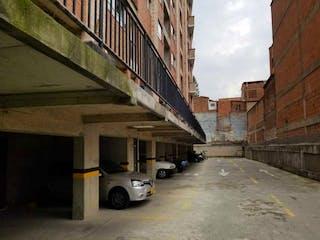 Un coche está estacionado en el lado de una calle en Apartamento en venta en Santa Mónica 32m²