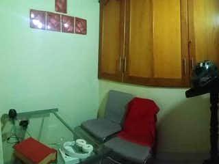 Una sala de estar llena de muebles y una ventana en Casa en venta en Pedregal de 4 alcoba