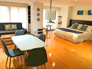 Una sala de estar llena de muebles y una televisión de pantalla plana en Apartaestudio en Venta en Chico Reservado, Bogotá