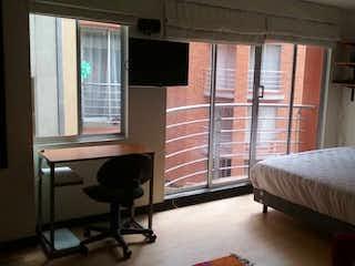 Un dormitorio con un gran ventanal y una cama en Aparta Estudio en Venta en Chapinero Alto,Bogotá
