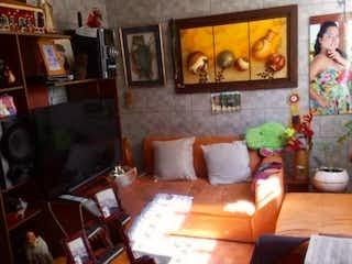 Una sala de estar llena de muebles y una televisión de pantalla plana en Casa en Venta en Villas de Serrezuela, Madrid