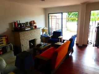 Una sala de estar llena de muebles y una televisión de pantalla plana en Casa en Venta en Loma de las Brujas, Envigado