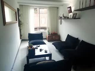 Una sala de estar llena de muebles y una ventana en Casa en Venta en camino verde, Envigado