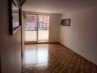 Una cocina con nevera y una ventana en  Conjunto Residencial Boreal