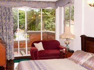 Una sala de estar llena de muebles y una gran ventana en Casa en Venta en Loma de las Brujas, Envigado
