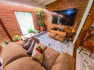 Un perro acostado en un sofá en una sala de estar en Casa en Venta en Loma del Escobero, Envigado