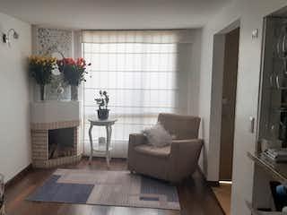 Una sala de estar llena de muebles y una chimenea en Casa en Venta en Alameda, Usaquén