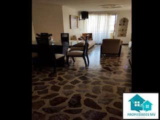 Una sala de estar llena de muebles y una ventana en Apartamento en Venta en Laureles, Medellin