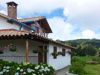 Un inodoro blanco sentado delante de una casa en Finca en Venta en Vereda El Plan, Santa Elena