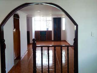 Un espejo sentado en la parte superior de la pared de madera en Casa en Venta en Engativá, Bogotá