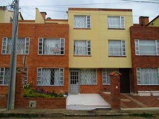 Un edificio blanco con una boca de incendios blanca en Casa En Venta En Chia La Alborada