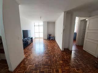 Una sala de estar llena de muebles y un suelo de madera dura en Apartamento en Venta en la Floresta, Medellín