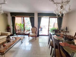 Una sala de estar llena de muebles y una lámpara de araña en Casa en Venta en Loma del Escobero, Envigado