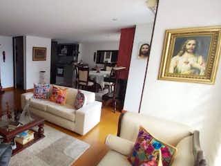 Una sala de estar llena de muebles y una mesa en VENDO APTO EN NICOLAS DE FEDERMAN