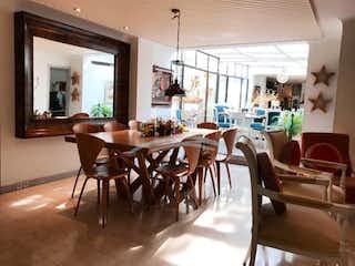 Una zona de comedor con sillas de mesa y mesas en VENTA o ARRIENDO APTO CHICO NAVARRA