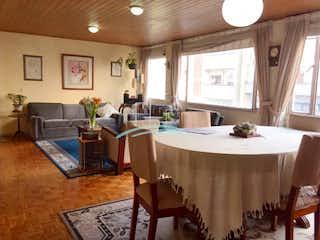 Una sala de estar llena de muebles y una mesa en Apartamento en venta en Rosales de tres habitaciones