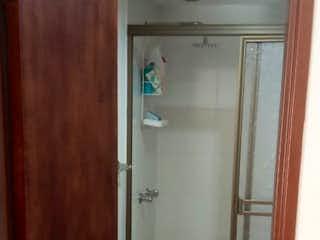 Una puerta que conduce a la puerta del baño en Apartamento en Venta en Medellín (1186894)