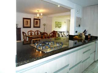 Una cocina con una estufa y un fregadero en Casa en venta en Loma De Los Bernal de 3 alcoba