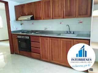 Una cocina con lavabo y microondas en Apartamento En Venta Laureles, Medellin