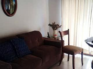 Una sala de estar llena de muebles y una ventana en Apartamento venta San Joaquin, Medellin, Antioquia