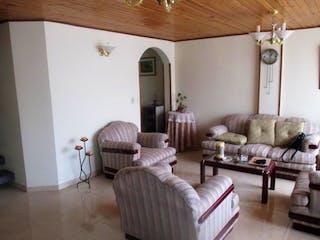 Una sala de estar llena de muebles y una mesa en Casa En Venta En Chia Chia