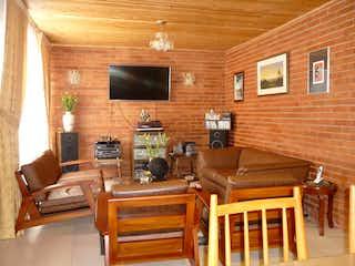 Una sala de estar llena de muebles y una televisión de pantalla plana en Casa en Venta SANTA ISABEL