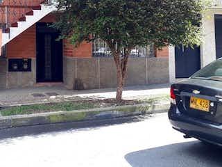 Un coche estacionado al lado de una calle en Casa en venta en El Salvador de 5 alcobas